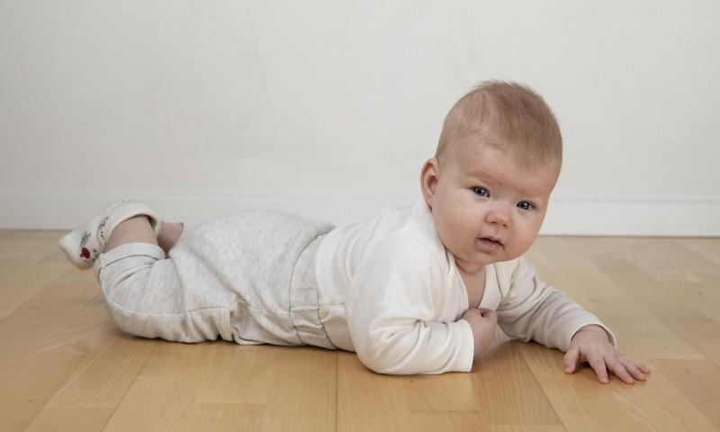 Zīmolu vai parastā drēbes - ko vilkt mazulim mugurā?