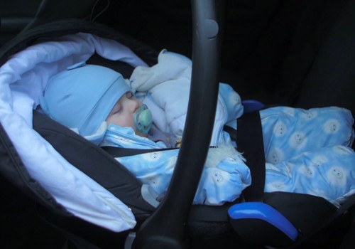 Bērnu pārvadājot autokrēsliņā, ziemas apģērbu nav ieteicams vilkt
