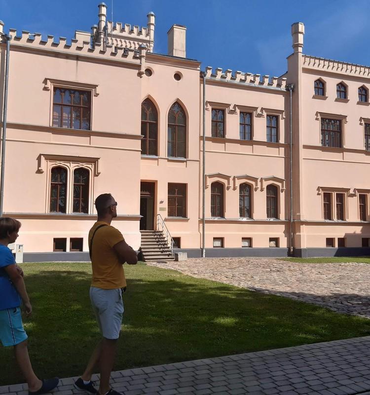 Vasaras gids: Alūksnes Jaunās pils muzejs un parks.
