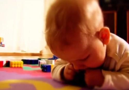 VIDEOpadoms: Kā pasargāt bērnu no aizrīšanās?