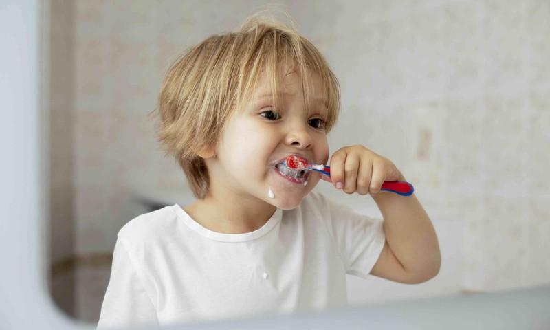 Zobu higiēna kā izaicinājums – ne tikai bērniem. Farmaceite skaidro zobu kopšanas kļūdas dažādos vecuma posmos