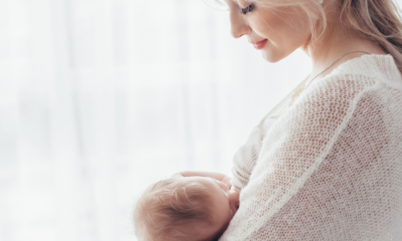 Ko darīt, ka mamma vēlas atradināt mazuli no zīšanas?