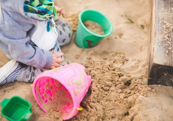 Idejas, kā bērniem vecumā no 2 līdz 3 gadu vecumam rotaļāšanos smilšu kastē padarīt interesantāku