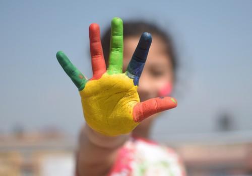 5 idejas, kā interesantā veidā palīdzēt bērnam apgūt krāsas