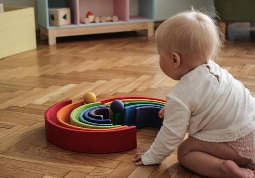 3 iemesli, kāpēc mazuli nedrīkst sēdināt, ja viņš pats vēl neprot sēdēt