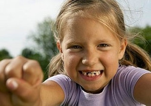 Piena zobu izkrišana un kaula zobu augšana skolas vecuma bērniem