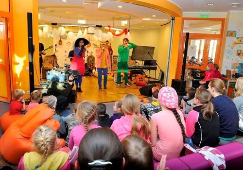 Brīnumskapis muzicē Bērnu klīniskās universitātes slimnīcā   kopā ar Dakteriem Klauniem