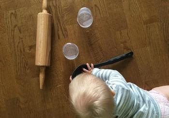 Kā ar rotaļāšanos veicināt 6 - 9 mēnešus vecu bērnu attīstību