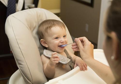 Šokējoši: Ēšanas laikā mazulim rāda multenes, lai bērns būtu mierīgs