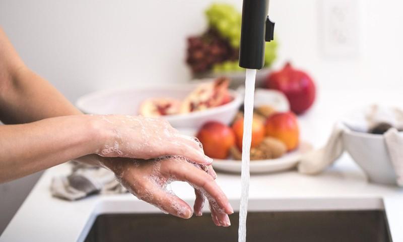 Vecākiem sagatavots padomu materiāls par pareizu roku mazgāšanas paradumu veidošanu bērniem