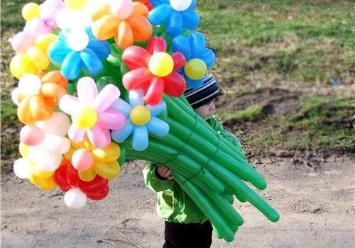 Pie Māmiņdienas ziedu pušķa no Ballonshop.lv tiek..