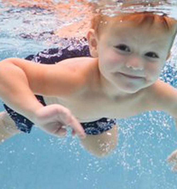 No kāda vecuma bērns var sākt mācīties peldēt?