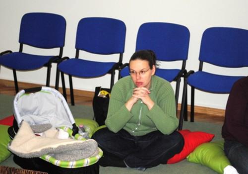 Kā turēt, velt un nest mazuli? Uzzini fizioterapeites Klaudijas Hēlas ieteikumus un piesakies uz hendlinga nodarbībai RĪT!