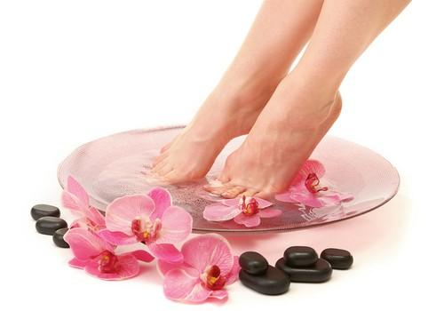 Sievietes un viņu pēdas: kā rūpēties par veselām pēdām+ AKCIJA skaistumkopšanas precēm!