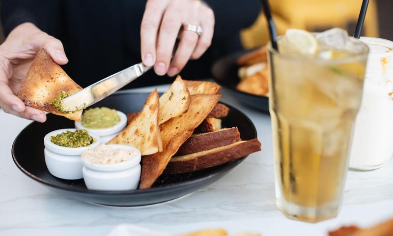 Kā cīnīties ar neremdināmu apetīti mājsēdes laikā? Skaidro uztura speciāliste un farmaceite
