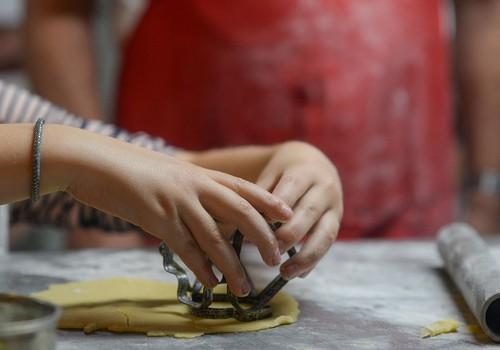 Idejas, kā virtuvē nodarbināt bērnu, kamēr mamma gatavo