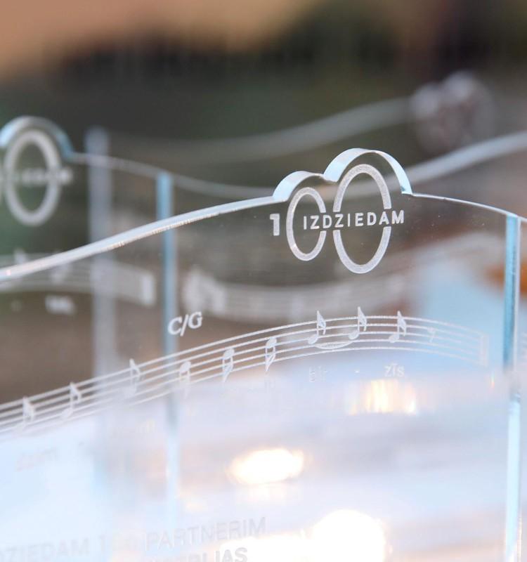 Latvijas Nacionālā bibliotēka saņem pirmo digitālo dziesmu grāmatu ar 175 tūkstošu cilvēku iedziedātu kopdziesmu