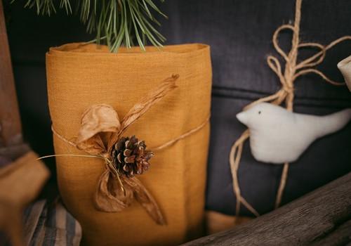 Kā iesaiņot Ziemassvētku dāvanas, neizejot no mājām?