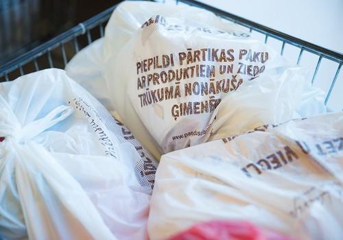 Sniedz palīdzīgu roku trūkumā nonākušām ģimenēm, piepildot pārtikas paku