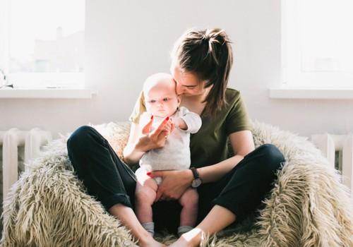 Kāds atbalsts ir nepieciešams jaunajām māmiņām pēc bērna piedzimšanas un kur to meklēt?