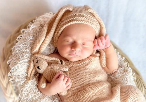 Kāpēc jaundzimušos sēdina un mazuļus liek staiguļos?