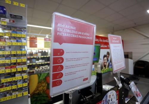 Ieviešot papildus distancēšanas ierobežojumus, Rimi veikalos uzsākta organiskā stikla aizsargbarjeru uzstādīšana pie kasēm un ieviesti iepirkšanās laiki cilvēkiem ar paaugstinātu inficēšanās risku