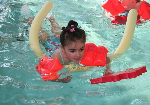 No kāda vecuma bērnus var vest uz peldēšanu?