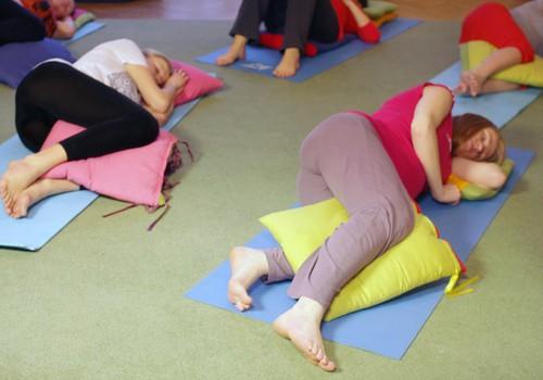 Kā joga var palīdzēt izbaudīt dzemdības