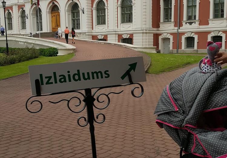 Kopā ar bēbīti uz izlaidumu Jelgavas pilī
