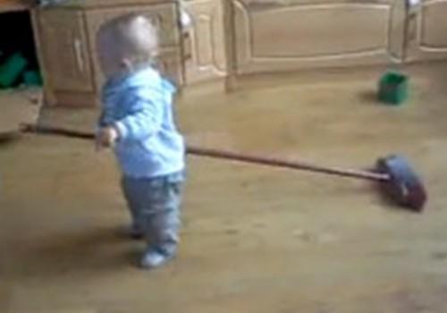 Video: Dainis tīra istabu