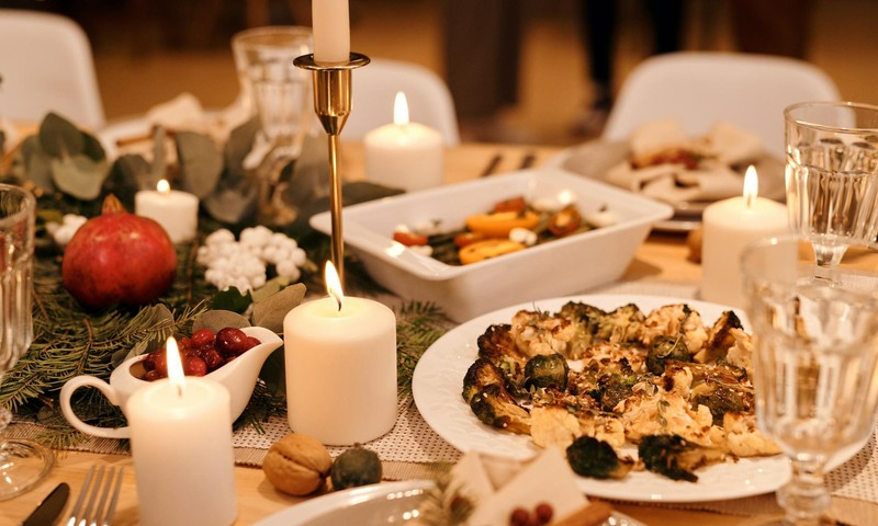 Ēst lēnām, negulšņāt, dzert ūdeni un citi padomi, lai svētku maltīte nebeigtos ar vēdera uzpūšanos