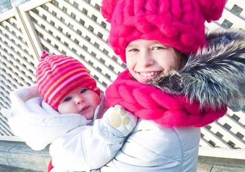SKAT, KĀ ES AUGU: Junas un Dmitrija mammas stāsta, kā ģērbj mazuļus, un cik bieži dodas pastaigās
