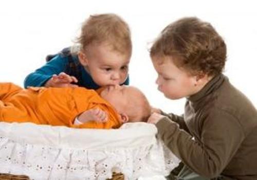 Lielākais bērns apceļ jaunāko. Ko darīt?