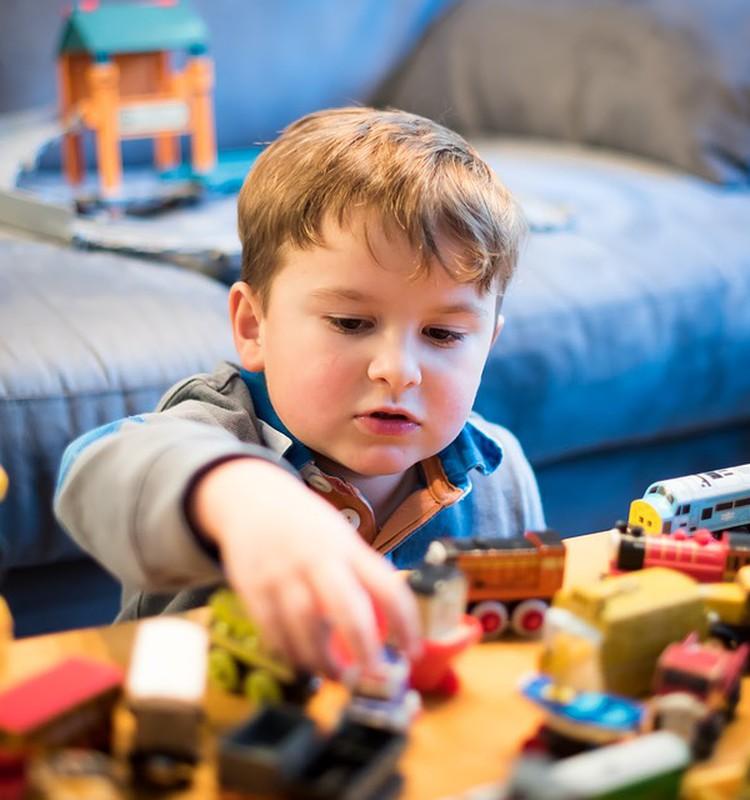 Pārbaudi sevi, vai arī tu tā dari: 7 veidi, kā vecāki visbiežāk izbojā rotaļāšanos ar bērnu
