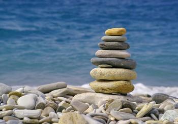 Interesantas rotaļas, kuras spēlēt pludmalē ar akmentiņiem