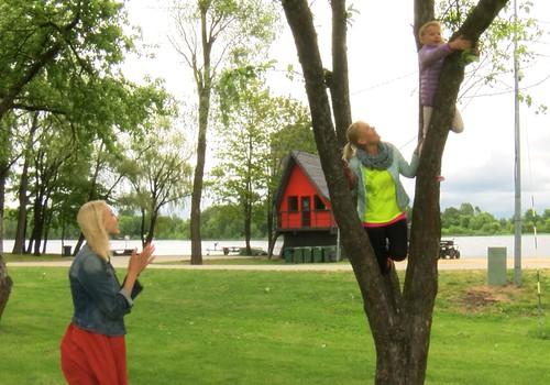 Bērnības VIDEOrotaļas ar dziedātāju Lieni Šomasi un meitiņu: Huggies® Rotaļu zeme