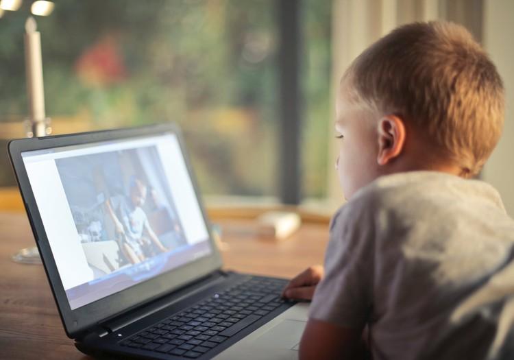 Kā runāt ar bērnu par kibermobingu un savaldīt savas emocijas?