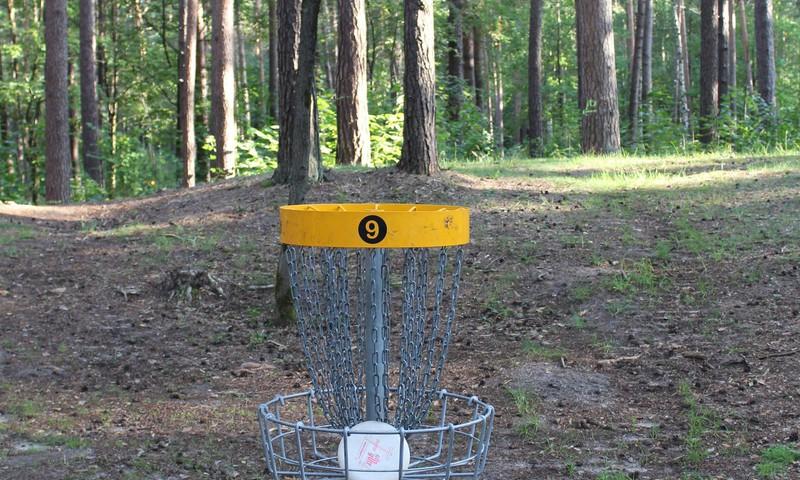 Disku golfs mežaparkā – jautra izklaide visai ģimenei