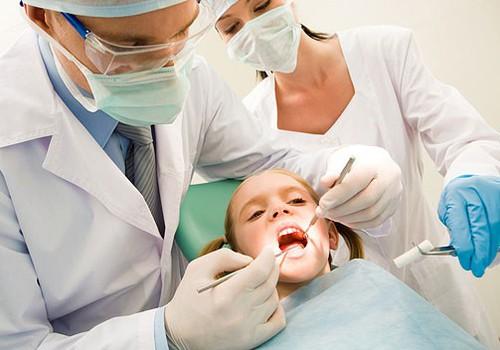 Ko darīt, ja uz bērna zobiņiem parādās aplikums un citādāka pigmentācija?