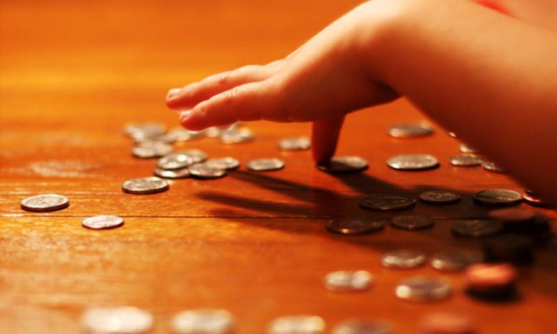"""Rīgas skolas saņem mācību līdzekli skolēnu izpratnes veicināšanai par naudu - """"Naudas mācība"""""""