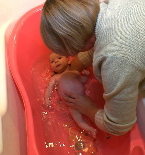 Vecmāte steidz palīgā - mazuļa vannošana