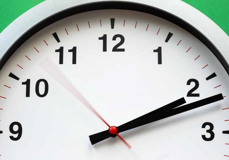 Svētdien pulksteņa rādītāji būs jāpagriež stundu atpakaļ