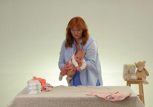 """VIDEOseriāls """"Mazulis Tavās rokās"""": Kā nomainīt autiņbiksītes jaundzimušajam"""