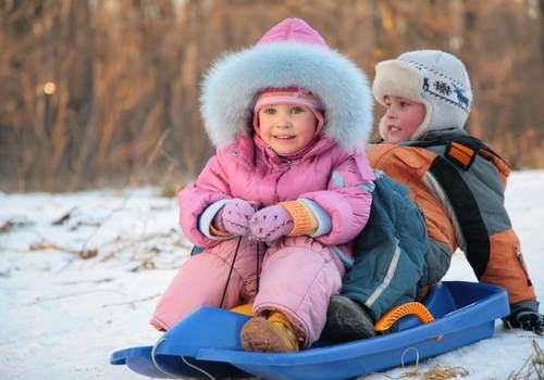 Pediatre: bērnu ģērb kā sīpoliņu