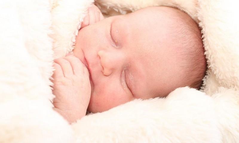 Noderīgi jaunajiem vecākiem: Viss par mazuļa miegu no dzimšanas līdz gada vecumam