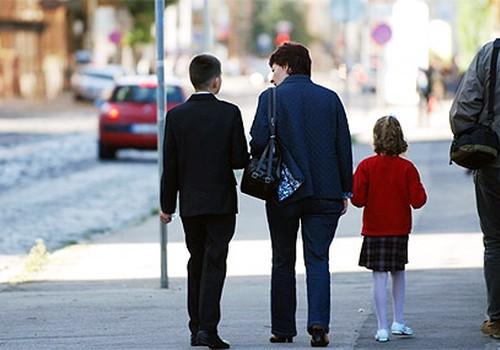 Skolotājiem būs jāinformē vecāki, ja bērns basto skolu