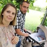 Ar mammu un tēti pastaigā pa Rundāles dārzu.