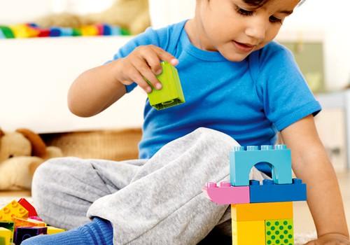 Kāpēc divu LEGO Duplo klucīšu savienošana bērnam ir liels darbs un sasniegums