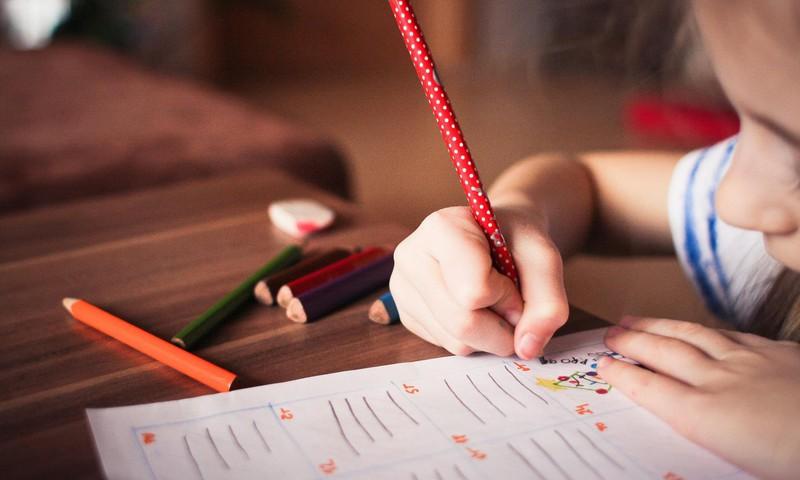 Psiholoģe skaidro trīs veidus, kā veicināt bērna uzmanību un atbildību pret savām mantām skolā