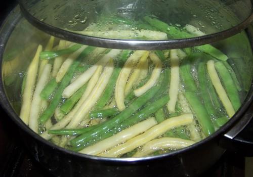Sviesta pupiņas ar dārzeņiem rīvmaizē